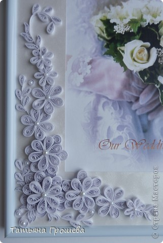 В продолжение свадебной тематики, хочу показать вам рамочки для свадебных фотографий. Первая в сине-голубых тонах. Паспарту из белого тисненого картона под холст. Серединки цветочков из синих и голубых полубусин. фото 6