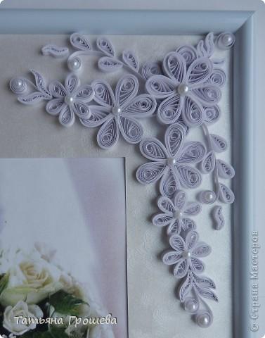В продолжение свадебной тематики, хочу показать вам рамочки для свадебных фотографий. Первая в сине-голубых тонах. Паспарту из белого тисненого картона под холст. Серединки цветочков из синих и голубых полубусин. фото 7