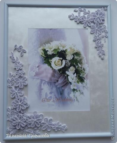 В продолжение свадебной тематики, хочу показать вам рамочки для свадебных фотографий. Первая в сине-голубых тонах. Паспарту из белого тисненого картона под холст. Серединки цветочков из синих и голубых полубусин. фото 5