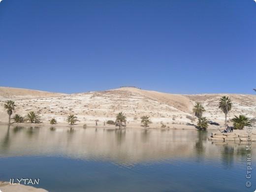 На фото озеро посреди каменистой пустыни. Снимки сделаны с разных ракурсов. (Для тех, кто никогда не видел пустыни.) фото 1
