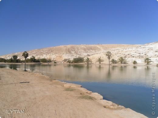 На фото озеро посреди каменистой пустыни. Снимки сделаны с разных ракурсов. (Для тех, кто никогда не видел пустыни.) фото 2