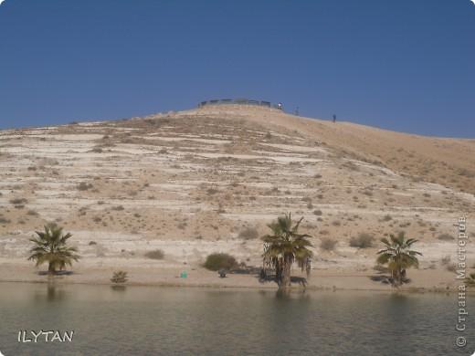 На фото озеро посреди каменистой пустыни. Снимки сделаны с разных ракурсов. (Для тех, кто никогда не видел пустыни.) фото 3