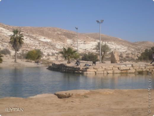 На фото озеро посреди каменистой пустыни. Снимки сделаны с разных ракурсов. (Для тех, кто никогда не видел пустыни.) фото 4