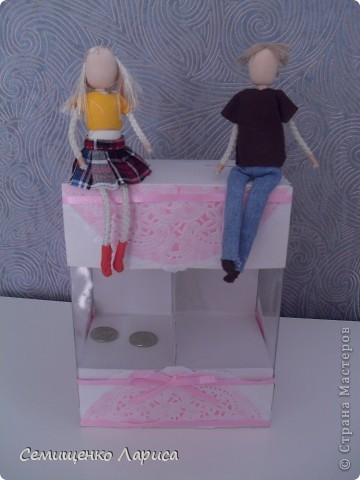 """Представляю вам мою поделку - """"Семейная копилка с секретом"""".  Я её сделала на День рождения сестре.  В основе самой копилки - прозрачная коробочка,довольно маленькая,поэтому сверху и снизу я её """" дорастила"""".Но не только с эстетической точки зрения.  В верхней части конструкции спрятан """"секрет"""". фото 7"""