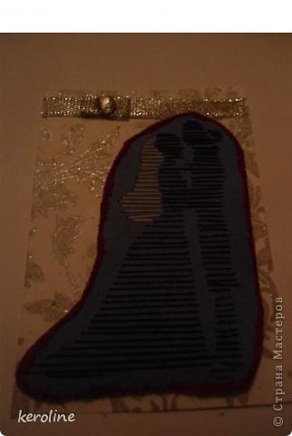 """Родилась серия """"Молодожёны""""  Использовала дизайнерский картон, орнамент обведён гелевой перламутровой ручкой-блестит, на двестороннем вспененном скотче сама картинка по краю цветным песком обклеена, ленточка и стразик. фото 7"""