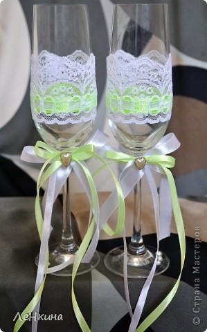 Сегодня я к вам не только с открытками, сотворенными по мотивам скрапа, но и с очередным свадебным наборчиком. Свадьба будет в лилиях и в цвете зеленого яблока! Для меня немного непривычный цвет, по этому - экспериментировала ))))  Бокалы для жениха и невесты фото 1