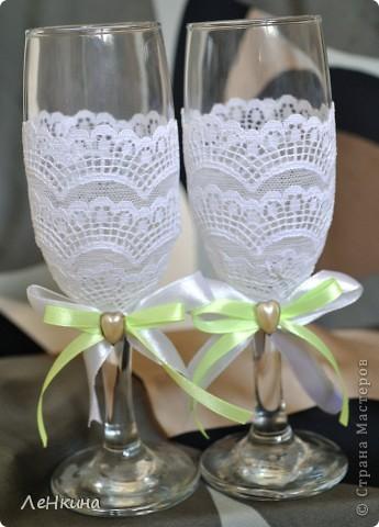 Сегодня я к вам не только с открытками, сотворенными по мотивам скрапа, но и с очередным свадебным наборчиком. Свадьба будет в лилиях и в цвете зеленого яблока! Для меня немного непривычный цвет, по этому - экспериментировала ))))  Бокалы для жениха и невесты фото 2