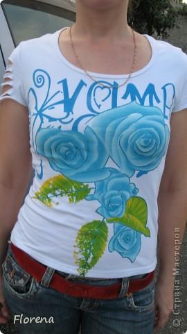 """Вот такая футболочка у меня сотворилась за полчаса для отдыха на море. Вдохновительница -Илона zZZ. Вот ссылка на её МК: http://stranamasterov.ru/node/210463?c=favorite.Только я добавила ещё плетения посерединке.До переделки она мне казалась обычной и долго-долго лежала в шкафу и я её не носила.Зато теперь ,""""обновлённую"""" разрезами ношу с большим удовольствием.)Там где бантик приклеила штучку со стразиками. фото 2"""