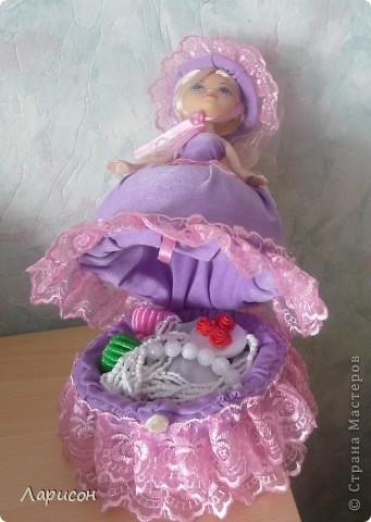 Вот такую шкатулочку сделала для  подружки Леры на день рождения.Правда кукле ещё сделали хвостик из волос и на шляпку приклеила завязочку, чтоб шляпка не слетала при открытии шкатулочки(на последнем фото) фото 4