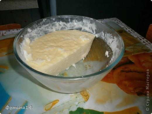 """Уже лет двадцать варю свой сыр не реже двух раз в неделю с перерывом на два месяца, когда корова перед отелом """"отдыхает"""" от дойки. 1 кг. творога ( сваренного покруче, иначе сыр не получится твердым)  кладем в кастрюлю и заливаем  молоком, чтобы чуть прикрывала творог и нагреваем ( не кипятим), часто помешивая, пока молоко не приобретет слегка зеленоватый цвет (как у сыворотки) и не начнет прилипать к вилке. Откидываем на дуршлаг и даем стечь сыворотке. Ее можно использовать для любого теста, пирожкового, блинного, для оладушек. Кладем в посуду для микроволновки 1 яйцо, 1 ч.л. соды, 1 ч.л. соли, 50 гр. сливочного масла и творог. Хорошо перемешиваем и ставим в микроволновку на 2 минуты, еще раз перемешиваем и ставим еще на 2 минуты. Сыр готов. Приятного аппетита тому кто, кто решит сделать сыр. Одно обещаю- не пожалеете."""