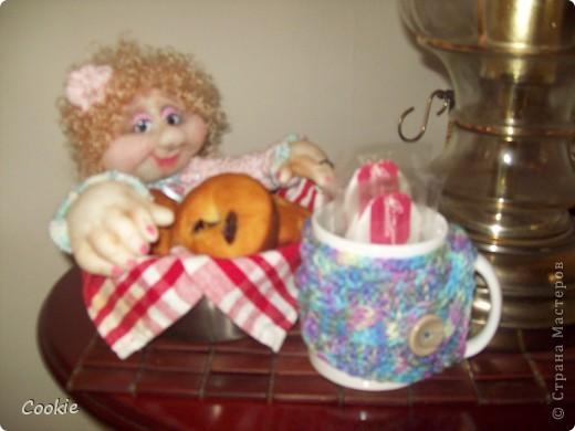 У подруги День Рождения.  Она коллекционирует моих кукол, очень любит мою выпечку и зелёный чай. Вот я и решила собрать всё воедино и подарить ей! Надеюсь, она будет рада. фото 3