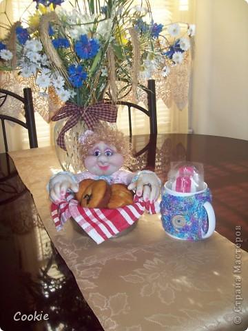 У подруги День Рождения.  Она коллекционирует моих кукол, очень любит мою выпечку и зелёный чай. Вот я и решила собрать всё воедино и подарить ей! Надеюсь, она будет рада. фото 2