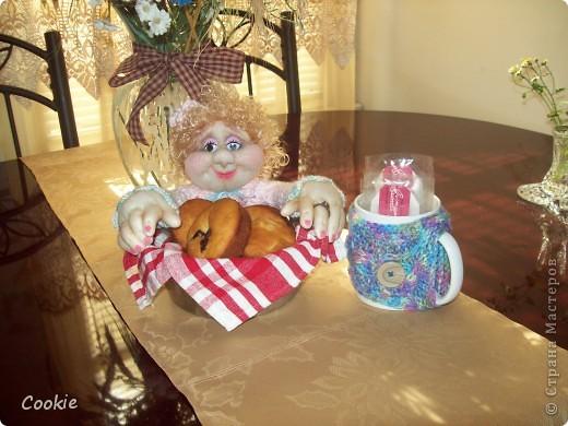 У подруги День Рождения.  Она коллекционирует моих кукол, очень любит мою выпечку и зелёный чай. Вот я и решила собрать всё воедино и подарить ей! Надеюсь, она будет рада. фото 1