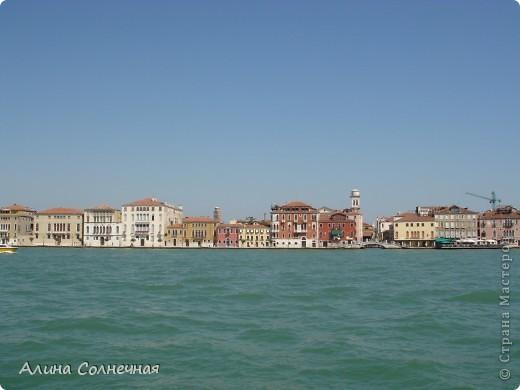 В начале июля я побывала в Италии. Это был прекрасный отдых! Но больше всего мне запомнился полет на маленьком вертолете над прекрасной Венецией. Наверное, многие видели каналы Венеции, а вот сверху...Давайте посмотрим вместе) От винта! фото 2