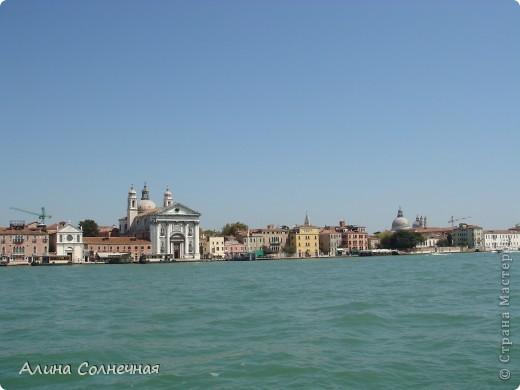 В начале июля я побывала в Италии. Это был прекрасный отдых! Но больше всего мне запомнился полет на маленьком вертолете над прекрасной Венецией. Наверное, многие видели каналы Венеции, а вот сверху...Давайте посмотрим вместе) От винта! фото 3