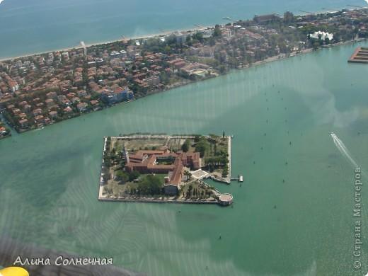 В начале июля я побывала в Италии. Это был прекрасный отдых! Но больше всего мне запомнился полет на маленьком вертолете над прекрасной Венецией. Наверное, многие видели каналы Венеции, а вот сверху...Давайте посмотрим вместе) От винта! фото 4