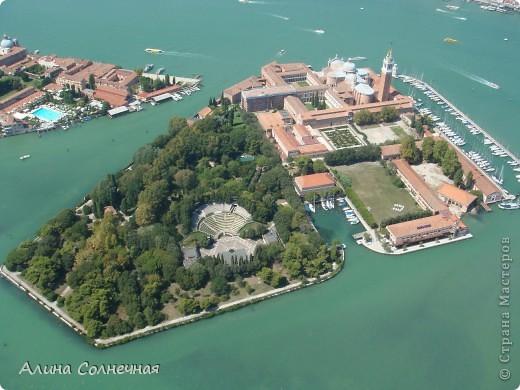В начале июля я побывала в Италии. Это был прекрасный отдых! Но больше всего мне запомнился полет на маленьком вертолете над прекрасной Венецией. Наверное, многие видели каналы Венеции, а вот сверху...Давайте посмотрим вместе) От винта! фото 5