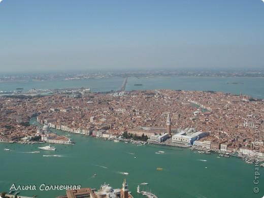 В начале июля я побывала в Италии. Это был прекрасный отдых! Но больше всего мне запомнился полет на маленьком вертолете над прекрасной Венецией. Наверное, многие видели каналы Венеции, а вот сверху...Давайте посмотрим вместе) От винта! фото 6