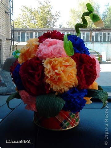 Благодаря этому мк http://stranamasterov.ru/node/275438?c=favorite за несколько часов я сделала симпотичный подарок для подруги, спасибо за идею огромное! Цветочки разного цвета не случайно... в интерьере квартиры обладательницы букетика встречается фиолетовый и бордовый цвет... а нежно-розовыми и жёлтыми цветочками букет разбавлен для того, чтобы не быть мрачноватым и вульгарным что ли... фото 1