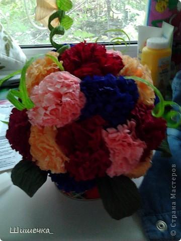 Благодаря этому мк http://stranamasterov.ru/node/275438?c=favorite за несколько часов я сделала симпотичный подарок для подруги, спасибо за идею огромное! Цветочки разного цвета не случайно... в интерьере квартиры обладательницы букетика встречается фиолетовый и бордовый цвет... а нежно-розовыми и жёлтыми цветочками букет разбавлен для того, чтобы не быть мрачноватым и вульгарным что ли... фото 2