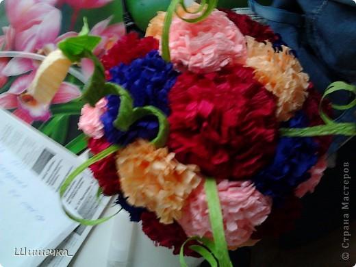 Благодаря этому мк http://stranamasterov.ru/node/275438?c=favorite за несколько часов я сделала симпотичный подарок для подруги, спасибо за идею огромное! Цветочки разного цвета не случайно... в интерьере квартиры обладательницы букетика встречается фиолетовый и бордовый цвет... а нежно-розовыми и жёлтыми цветочками букет разбавлен для того, чтобы не быть мрачноватым и вульгарным что ли... фото 3