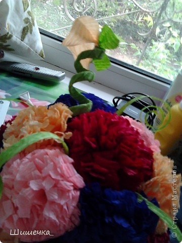 Благодаря этому мк http://stranamasterov.ru/node/275438?c=favorite за несколько часов я сделала симпотичный подарок для подруги, спасибо за идею огромное! Цветочки разного цвета не случайно... в интерьере квартиры обладательницы букетика встречается фиолетовый и бордовый цвет... а нежно-розовыми и жёлтыми цветочками букет разбавлен для того, чтобы не быть мрачноватым и вульгарным что ли... фото 4