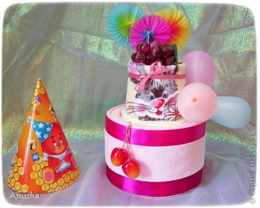 Вот такой тортик из полотенец я помогала делать маме на день рождения её коллеги по работе. фото 3