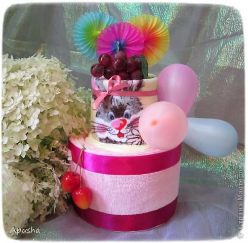 Вот такой тортик из полотенец я помогала делать маме на день рождения её коллеги по работе. фото 1