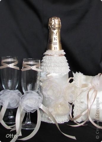Свадебный набор состоит из пары бокалов, декорированной бутылки и подушечки для колец.  фото 1