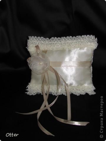 Свадебный набор состоит из пары бокалов, декорированной бутылки и подушечки для колец.  фото 5