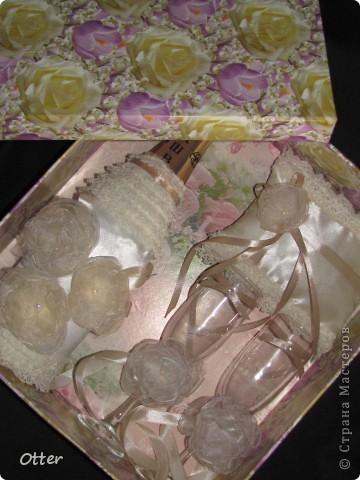 Свадебный набор состоит из пары бокалов, декорированной бутылки и подушечки для колец.  фото 6