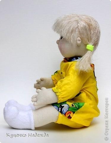 Здравствуйте дорогие мастера! Представляю вам свою новую малышку сделанную по МК Юлёнаjulja. Спасибо ей огромное!!! Одно отступление - кукла сшита не из трикотажа а из бязи. Уже недели две как хотелось себе такое чудо, после того, как увидела малышей Юлёны, но подходящего материала не было а желание было. Но где наша не пропадала...))) В итоге родилась такая девочка. Конечно на бязи не сделаешь нужных утяжек, пришлось носик шить отдельно и приклеивать. Глаза нарисованы фломастерами.  фото 4