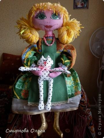 """Моя посетовала на то, что у меня кукол много, а у неё нет. Но пожелала, чтобы лицо было более """"человеческое"""", а не такое, как у примитивов. Пришлось постараться. Вышло, конечно, не очень, т.к. я не мастак рисовать глаза... Но маме понравилось. Уже висит у неё над кроваткой.  фото 5"""