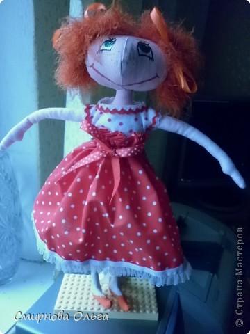 """Моя посетовала на то, что у меня кукол много, а у неё нет. Но пожелала, чтобы лицо было более """"человеческое"""", а не такое, как у примитивов. Пришлось постараться. Вышло, конечно, не очень, т.к. я не мастак рисовать глаза... Но маме понравилось. Уже висит у неё над кроваткой.  фото 9"""
