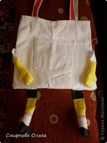 """Любимым мультфильмом в последнее время является у сынишки """"Губка Боб-квадратные штаны"""". Сын конструирует из ЛЕГО персонажей  этого мультика, а маме был дан заказ на шитьё сумочки. В интернете мы видели что-то похожее. Были у меня белые старые джинсы в хорошем состоянии... пришлось пожертвовать... фото 11"""
