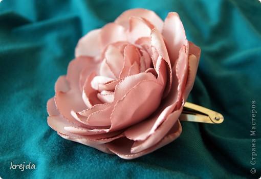 цветок из ткани. какая это ткань - не знаю)) тренировалась на блузке приятного розового цвета. фото 1