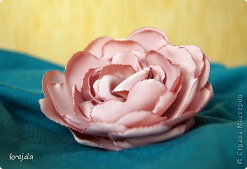 цветок из ткани. какая это ткань - не знаю)) тренировалась на блузке приятного розового цвета. фото 2