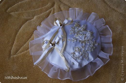 Добрый вечер!представляю вам подушечку для колец, которую я делала подруги на свадьбу, надеюсь ей понравится)))) фото 1
