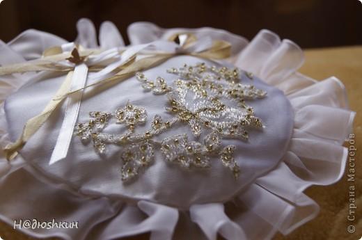Добрый вечер!представляю вам подушечку для колец, которую я делала подруги на свадьбу, надеюсь ей понравится)))) фото 2