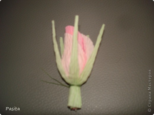 Девочки! По вашим просьбам показываю как я мастерю свои цветочки. Пока только бутон. Надеюсь пригодится! Сама училась делать вот по этому МК http://stranamasterov.ru/node/354568?c=favorite Спасибо большое Мастеру!!! Оч. много фото. Если что-то будет непонятно - напишите , будем разбираться вместе. фото 10