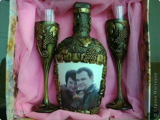 На годовщину свадьбы своих детей решила к бутылочке сделать и бокальчики. Ну чтоб комплектик получился . Из всех фото - это больше всего передает натуральный цвет. фото 4