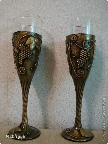 На годовщину свадьбы своих детей решила к бутылочке сделать и бокальчики. Ну чтоб комплектик получился . Из всех фото - это больше всего передает натуральный цвет. фото 3
