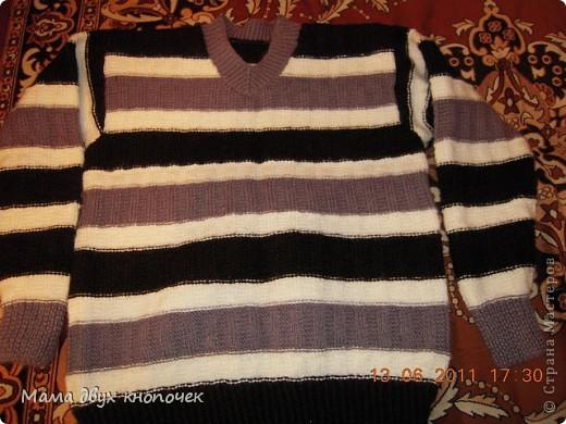Этот свитер самый первый, сейчас даже не вспомню в каком году его вязала. Изначально он был в одном цвете, но потом резинки на горловине, рукавах и по-низу - растрепались. Я их отрезала, выпутала остатки и довязала другим цветом. Короче- это вторая жизнь свитера. фото 4