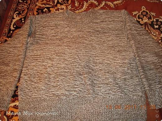 Этот свитер самый первый, сейчас даже не вспомню в каком году его вязала. Изначально он был в одном цвете, но потом резинки на горловине, рукавах и по-низу - растрепались. Я их отрезала, выпутала остатки и довязала другим цветом. Короче- это вторая жизнь свитера. фото 7