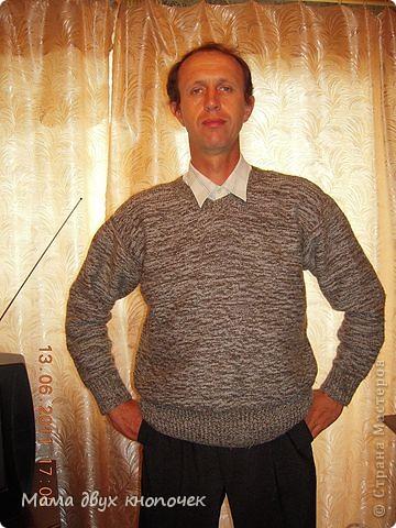 Этот свитер самый первый, сейчас даже не вспомню в каком году его вязала. Изначально он был в одном цвете, но потом резинки на горловине, рукавах и по-низу - растрепались. Я их отрезала, выпутала остатки и довязала другим цветом. Короче- это вторая жизнь свитера. фото 6