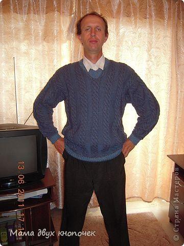 Этот свитер самый первый, сейчас даже не вспомню в каком году его вязала. Изначально он был в одном цвете, но потом резинки на горловине, рукавах и по-низу - растрепались. Я их отрезала, выпутала остатки и довязала другим цветом. Короче- это вторая жизнь свитера. фото 1