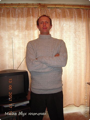 Этот свитер самый первый, сейчас даже не вспомню в каком году его вязала. Изначально он был в одном цвете, но потом резинки на горловине, рукавах и по-низу - растрепались. Я их отрезала, выпутала остатки и довязала другим цветом. Короче- это вторая жизнь свитера. фото 12
