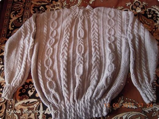 Этот свитер самый первый, сейчас даже не вспомню в каком году его вязала. Изначально он был в одном цвете, но потом резинки на горловине, рукавах и по-низу - растрепались. Я их отрезала, выпутала остатки и довязала другим цветом. Короче- это вторая жизнь свитера. фото 9