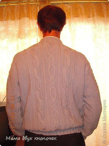 Этот свитер самый первый, сейчас даже не вспомню в каком году его вязала. Изначально он был в одном цвете, но потом резинки на горловине, рукавах и по-низу - растрепались. Я их отрезала, выпутала остатки и довязала другим цветом. Короче- это вторая жизнь свитера. фото 10