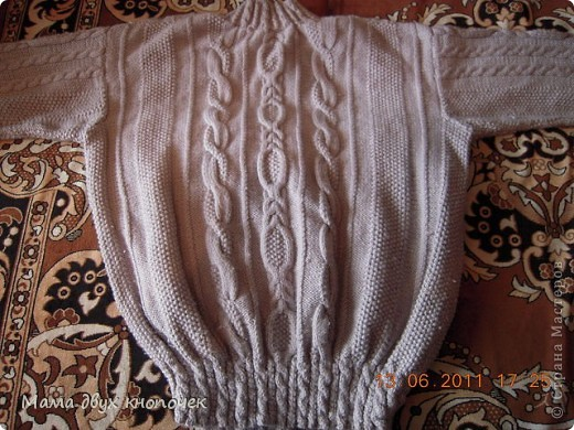 Этот свитер самый первый, сейчас даже не вспомню в каком году его вязала. Изначально он был в одном цвете, но потом резинки на горловине, рукавах и по-низу - растрепались. Я их отрезала, выпутала остатки и довязала другим цветом. Короче- это вторая жизнь свитера. фото 8